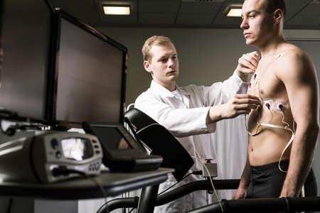 sportsman: El doctor está preparando un deportista al ensayo médico