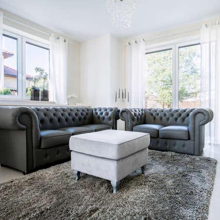 Schwarzes Leder Sofa in hellen Wohnzimmer