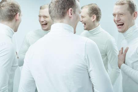 Tir d'un jeune homme avec double personnalité rire Banque d'images - 57326234