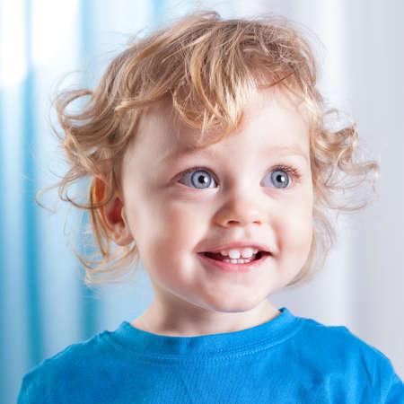 niños rubios: Retrato de un niño lindo con los ojos azules grandes