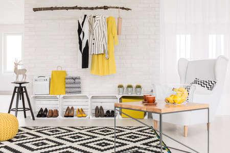 amarillo y negro: Interior blanco y amarillo con detalles negros y muebles sencillos Foto de archivo