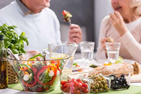 Bijgesneden foto van een ouder echtpaar het eten van een gezonde maaltijd Stockfoto