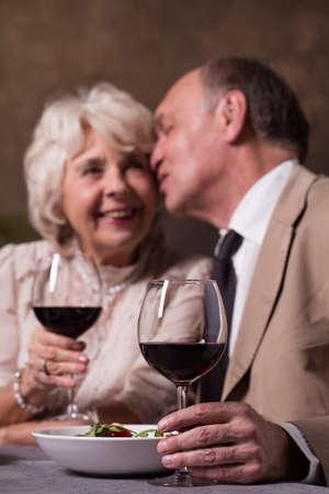 aniversario de boda: Disparo de una anciana pareja cenando