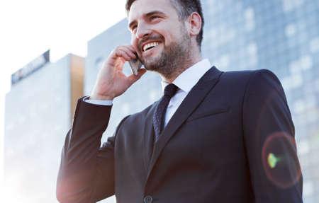 Uomo d'affari che ha conversazione con il cliente al telefono