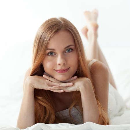 mujer sola: Vista horizontal de la mañana de la mujer en la cama Foto de archivo
