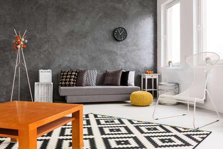 Graue Und Weiße Wohnzimmer Mit Orange Dekorationen Macht Platz ...