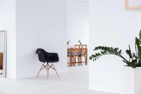 シンプル モダンな家にオープン スペースのインテリアを白します。 写真素材