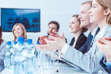 negocios internacionales: La gente feliz elegante joven aplaudiendo en la final de conferencia de negocios Foto de archivo