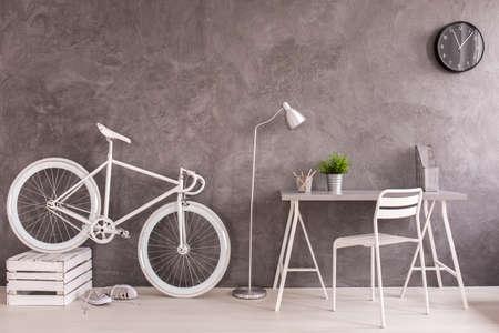 Blanc bicyclette vintage et un bureau dans moderne conçu salon avec mur gris