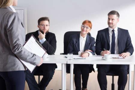 personas pensando: Disparo de reclutadores hablar con un solicitante de empleo