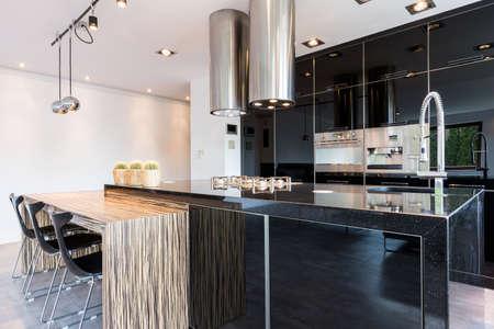 Zwarte hoogglanzende open keuken in moderne stijl Stockfoto