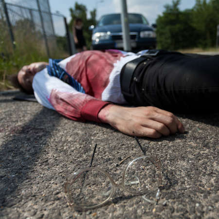 hemorragias: Sangrado hombre que yacía en la calle después de accidente de tráfico