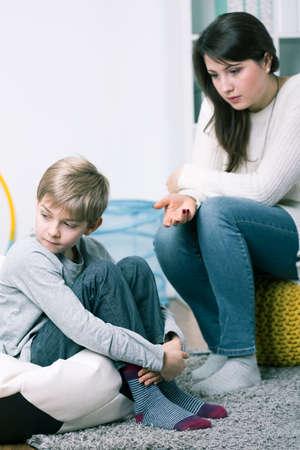 madre soltera: Disparo de un niño pequeño y de su madre tratando de hablar con él
