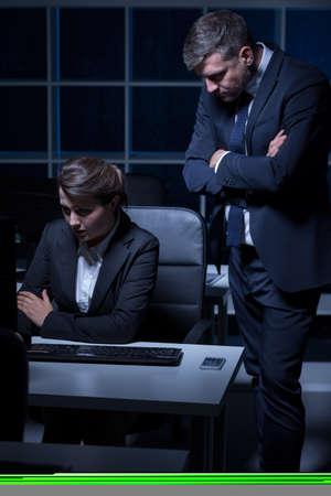 obrero trabajando: Exigiendo jefe y tensionado empleado de oficina que trabaja en la noche
