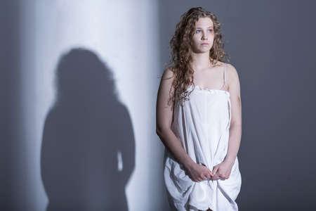 EMPIRE GALACTIQUE  Les Frontières 57739992-jeune-femme-en-d%C3%A9tresse-avec-son-corps-meurtri-le-rainage-nerveusement-une-chemise-de-nuit-qu-elle-