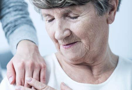 Ältere Frau mit Mitgefühl durch sanfte Berührung tröstete