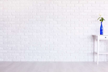 Colpo di una stanza bianca moderna con un muro di mattoni