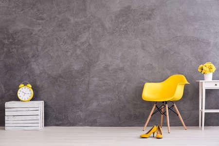 Shot van een grijze moderne kamer met gele versieringen