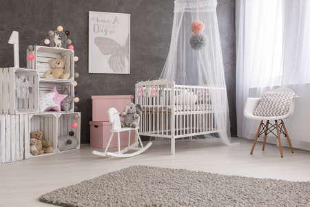 Plan d'une chambre confortable et moderne bébé fille Banque d'images - 58041639