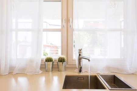 Close up einer Küchenspüle, Arbeitsplatte und Fenster