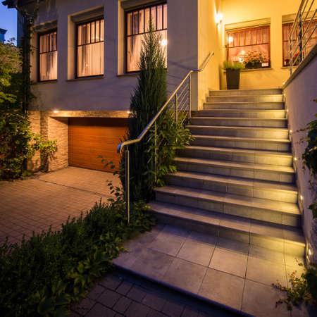 モダンな戸建住宅への入り口の写真