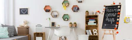 boite carton: photo panoramique d'une chambre lumineuse et aérée enfants avec beaucoup de meubles recyclables et décorations