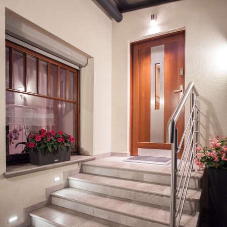 Fachada: Cierre de escaleras con barandilla que conduce a la entrada principal