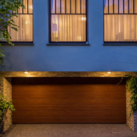 puertas de madera: Puerta de madera en el garaje de la casa