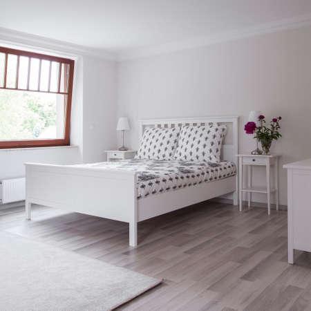 luxury bedroom: Bright flooring panels in modern luxury bedroom