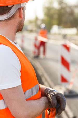 Bauarbeiter in High-Visibility-Kleidung auf der Baustelle