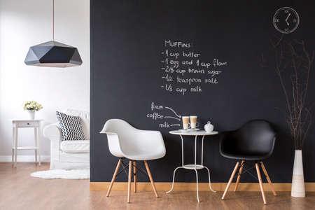 Gemütliches Kaffeebereich in kleinen Wohnung mit modernen Tafel Wand