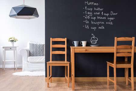 Kleine minimalistische Speisesaal mit modernen Tafel Wand