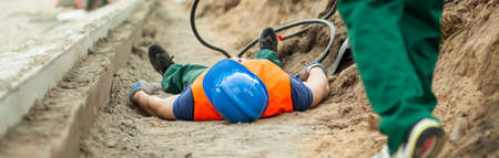 accidente trabajo: trabajador de la construcción tiene un accidente durante su trabajo