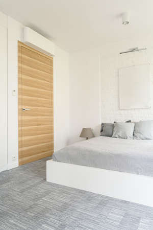 kingsize: Shot of a king-size bed in a white and grey bedroom