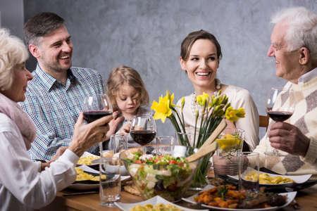 Trois générations parlent et dînent à la table