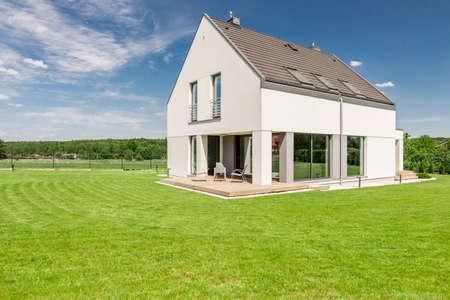 Shot van een modern vrijstaand huis met een grote tuin