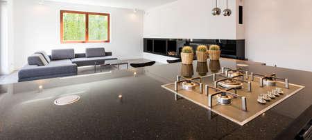 case moderne: Colpo di un bancone della cucina e un soggiorno in una casa moderna Archivio Fotografico