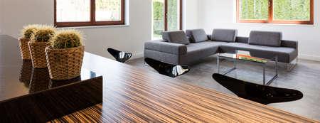 decoracion mesas: Foto panorámica de una mesa y un sofá en una casa moderna Foto de archivo