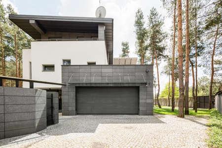 Disparo de una casa moderna grande y su garaje Foto de archivo