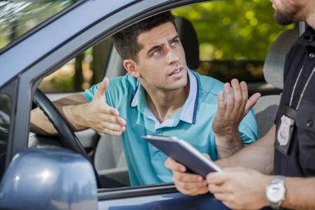 Captura de una discusión de los jóvenes conductores con un agente de tránsito Foto de archivo
