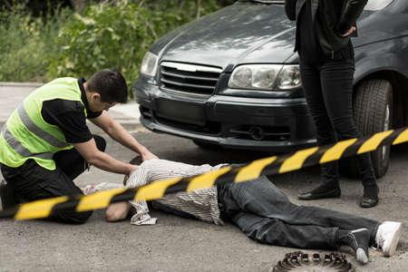 車の事故現場での警察官の写真 写真素材