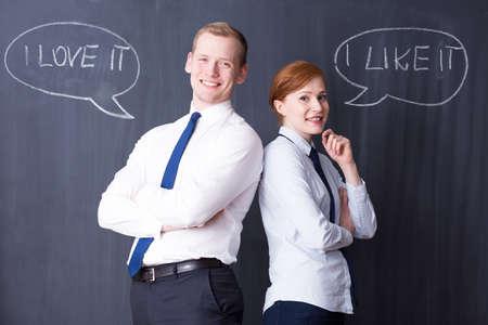 pensamiento estrategico: Happy j�venes compa�eros de wrokers, citas positivas escritas en una pizarra en el fondo Foto de archivo