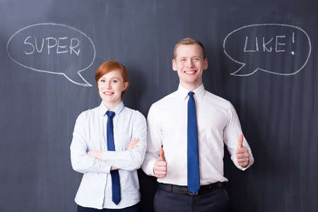 pensamiento estrategico: Feliz empresario y de negocios, y al igual que s�per escrito en una pizarra en el fondo Foto de archivo