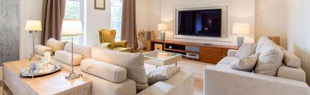 Panoramisch beeld van een ruime moderne woonkamer