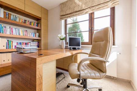 silla: Disparo de un estudio moderno con un gran escritorio de madera Foto de archivo