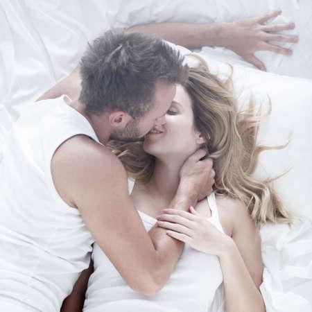 pareja apasionada: Imagen de una pareja apasionada durante los escarceos sexuales en la cama