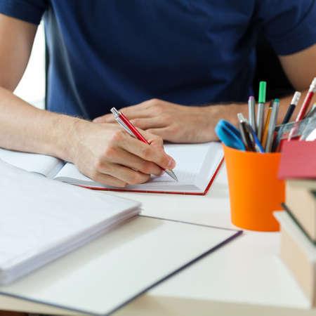 Vista orizzontale dello studente durante i compiti