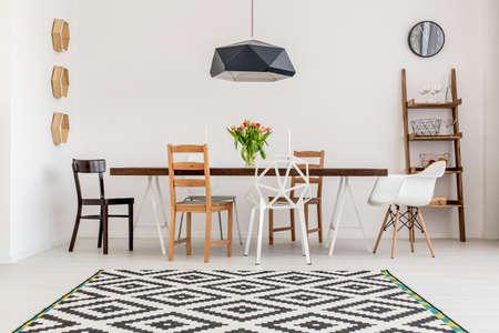 Schot van een tafel en andere stoelen in een eetzaal