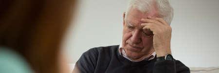 Vieil homme lors de la visite dans le bureau du psychiatre