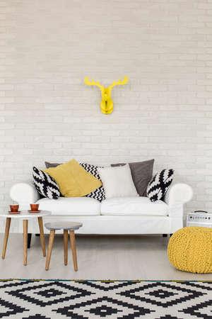 amarillo y negro: Disparo de un sofá en una moderna sala de estar creativa